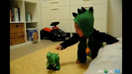 Бебе се плаши от играчката си