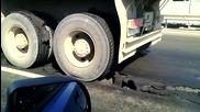 Вижте как асфалта се залепя за гумите на камион