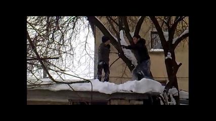 Деца скачат от гараж !!