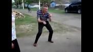 Вижте най-лудите танцови стъпки { Много смях }