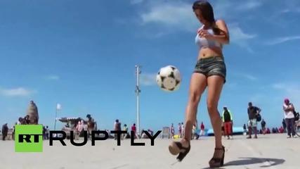 Аржентинска красавица жонглира умело с футболна топка