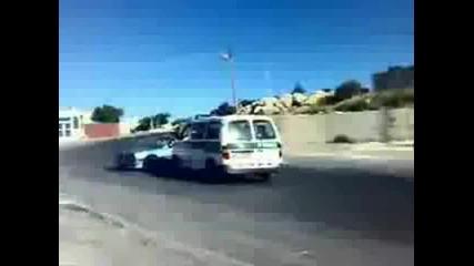 Гъзар с Бмв дрифти около Полицейска кола