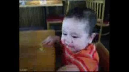 Бебето Яде Лимон.