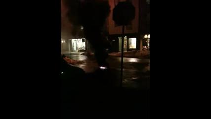 Искри и пламъци излизат от шахта в Ню Йорк