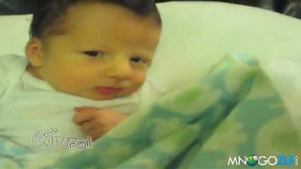Бебе показва среден пръст на майка си