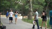 Пич се майтапи с хората в парка