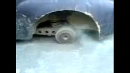 този маи си мисле, че има гума отзаде
