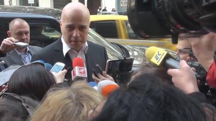 Слави внесе 670 хил. подписа в парламента за свикване на референдум