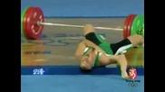 Олимпиада 2008.щангист изпуска щангата върху себе си