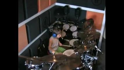 Вече 7 годишният барабанист