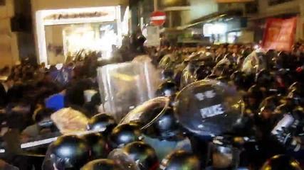 Hong Kong: Fierce clashes erupt as police clear Mong Kok food hawkers
