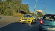 """""""Моята новина"""": Мотор кара на задна гума върху тротоара"""