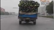 Триколесен седлови влекач транспортира дини