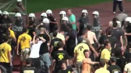 Фенове на Аек бият треньора Душан Байевич!