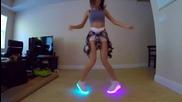 Красиво момиче танцува невероятно със светещи обувки!