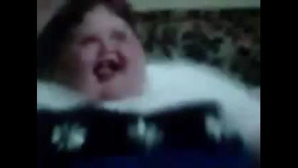 болно дебело смешно дете танцува