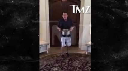 Чарли Шийн се заля с 10 хиляди в кауза на Als Ice Bucket Challenge