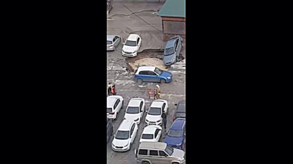 Russia: Several cars fall into sinkhole caused by pipe burst
