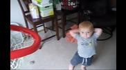 Невероятно! малко дете вкарва кошове