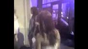 Женски бой пред нощен клуб