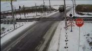 Камера заснема ужасна катастрофа с камион на Жп прелез с участието на два влака!