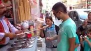 Продавач на сладолед показва майсторство
