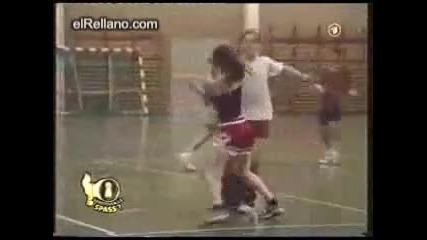 Луда мацка сваля гащите на баскетболисти по време на игра / Смях: D /