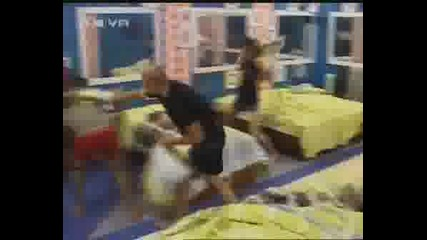 Big Brother 4 Бой С Възглавници