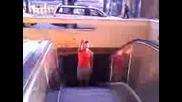 владо се изкачва по ескалатор в софия