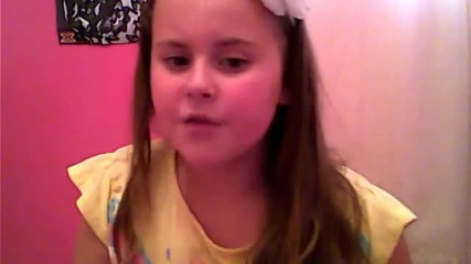 Дете пее песен на Селена