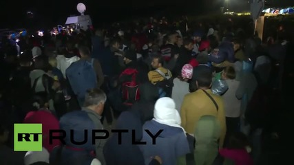 Hungary: Refugees break through police cordon at Roszke camp