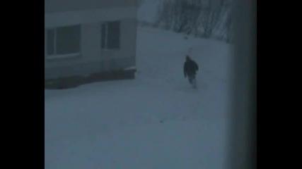 Откачени магаданци скачат от покрива на блок в снега
