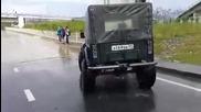 Опит за минаване с джип през наводнен път