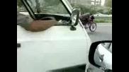 Мотоциклетист си пише смс докато кара! Гледайте!(смях)