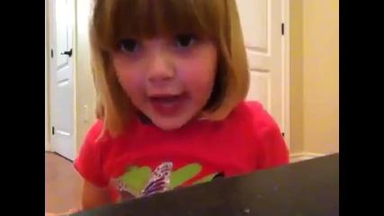 Малко момиче плаши баща си - Смях