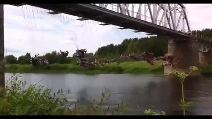 135 души скачат едновременно от мост с бънджи в Русия