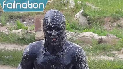 Руснак скача в басейн пълен с моторно масло
