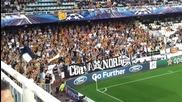 Страхотните фенове на Валенсия пеят по време на мач от Шампионската лига