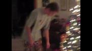 Лигльото пали коледното дръвче и подаръците