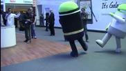 Android роботи танцуват с Batgirl и Batman