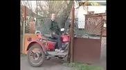 Идиот с мотор срещу ограда! Голям Смях!