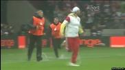Фенове нахлуха на терена на отложения мач Полша - Англия