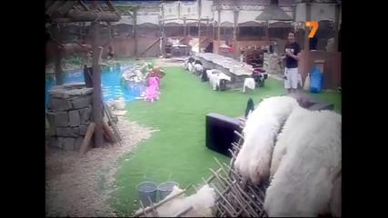 Деян Неделчев Танцува на Кокошките!!!