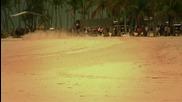 Хайме Алгуерсуари кара болида на Ред Бул по плажа