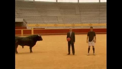 Кристиано Роналдо разиграва бик с топка
