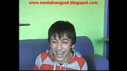 Момче се смее супер лудо ;]