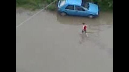 Ето как си чупиме колите от предмети под водата вследствие на падналия дъжд
