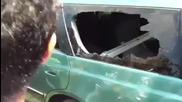Невероятно - Пич чупи прозорец на кола със един пръст !