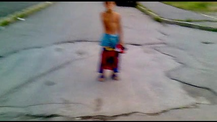 Люлинчански нудистски циганин витае по улиците полу - гол! 100% Смях!