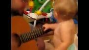 Малък сладур се кефи от музиката на баща си